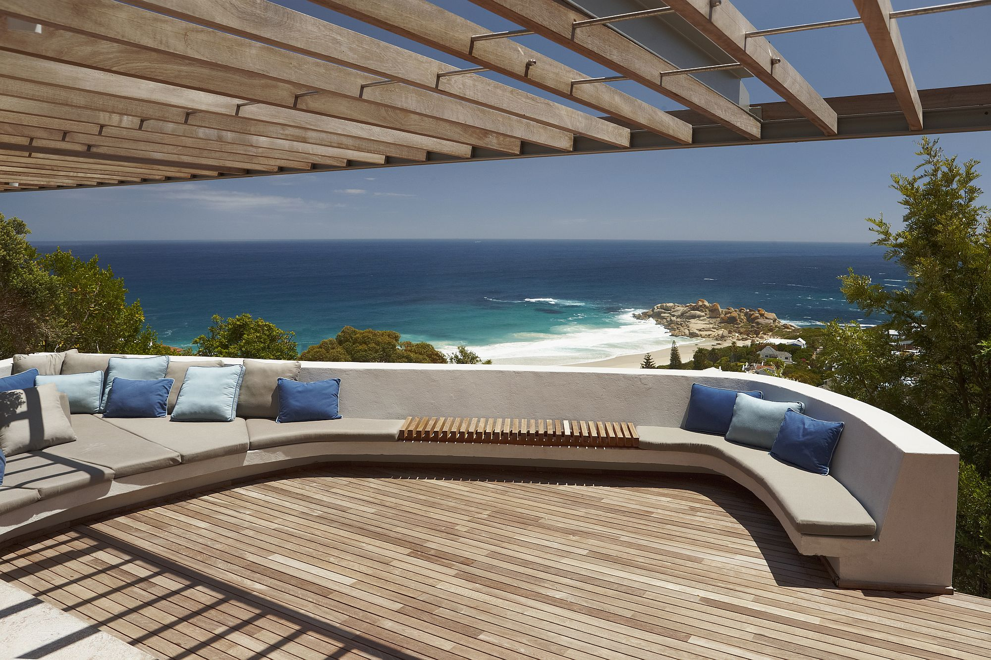 Extravagant-deck-with-sitting-space-that-offers-amazing-ocean-views