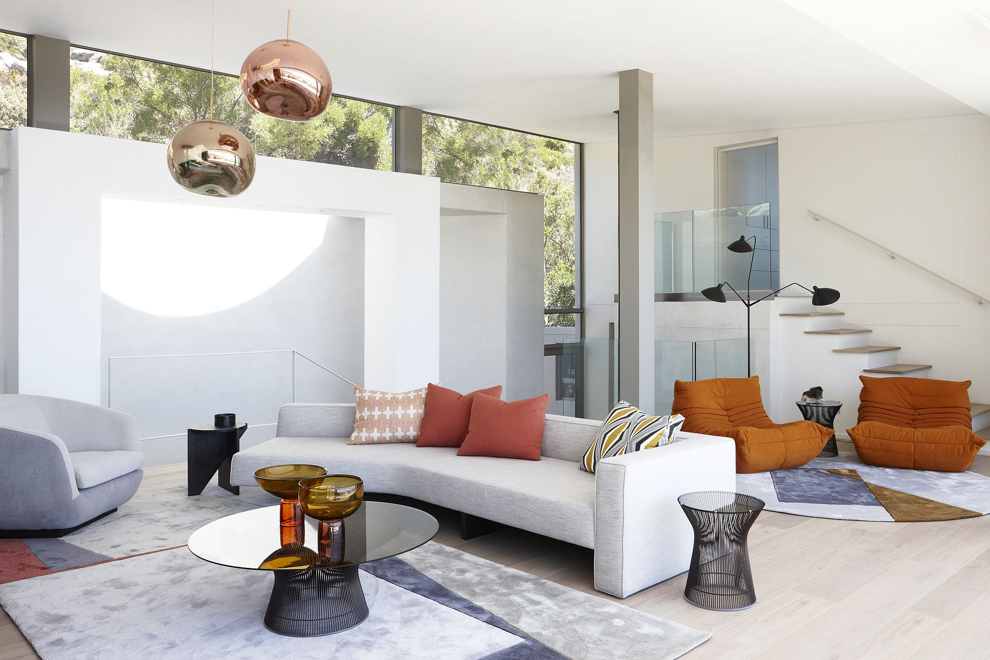 Glass creates a seamless outdoor-indoor interplay in the house
