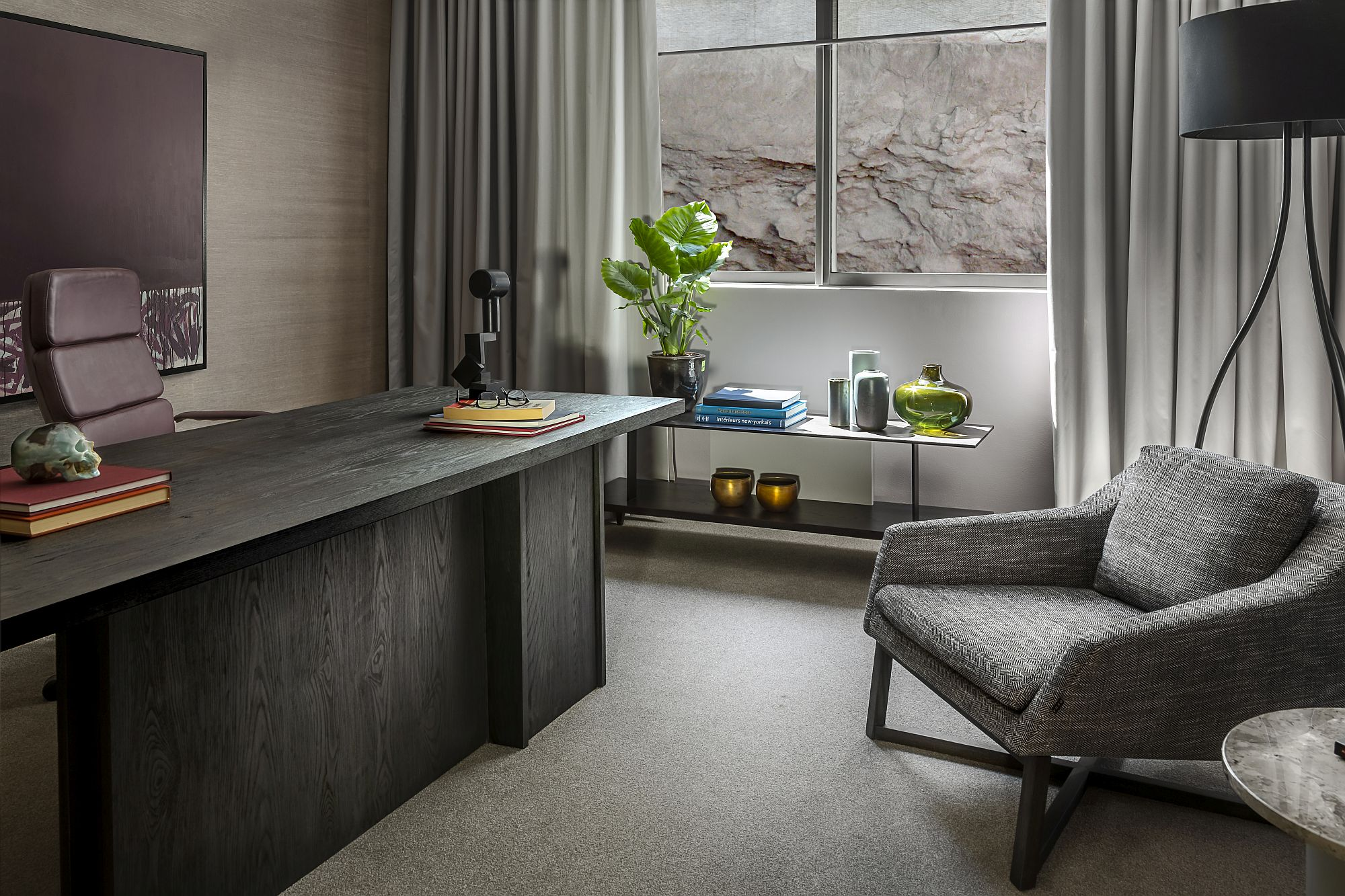 Gorgeous-and-ergonomic-home-office-with-custom-decor