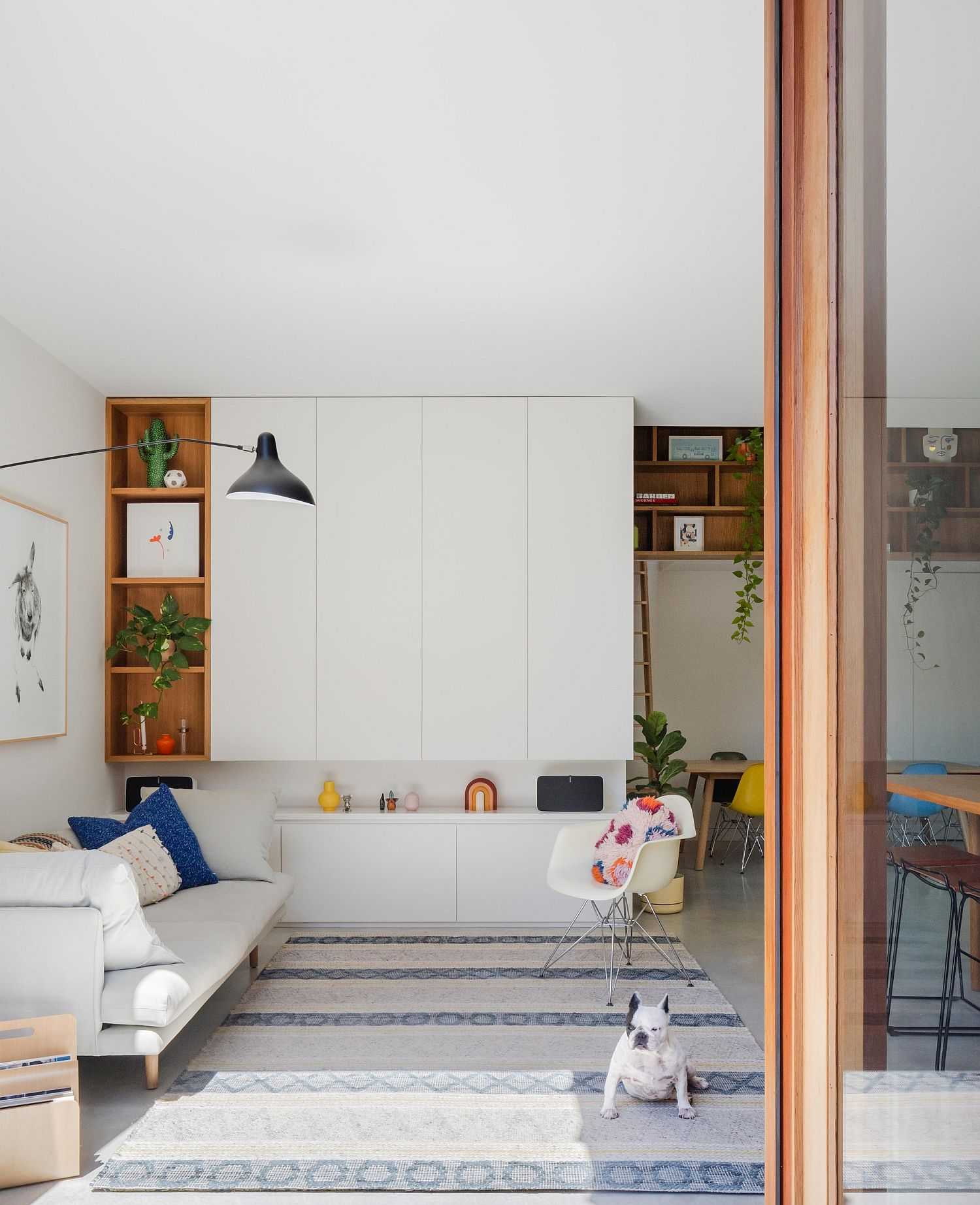 Interior in wood and white combines best of modern and Japanese styles
