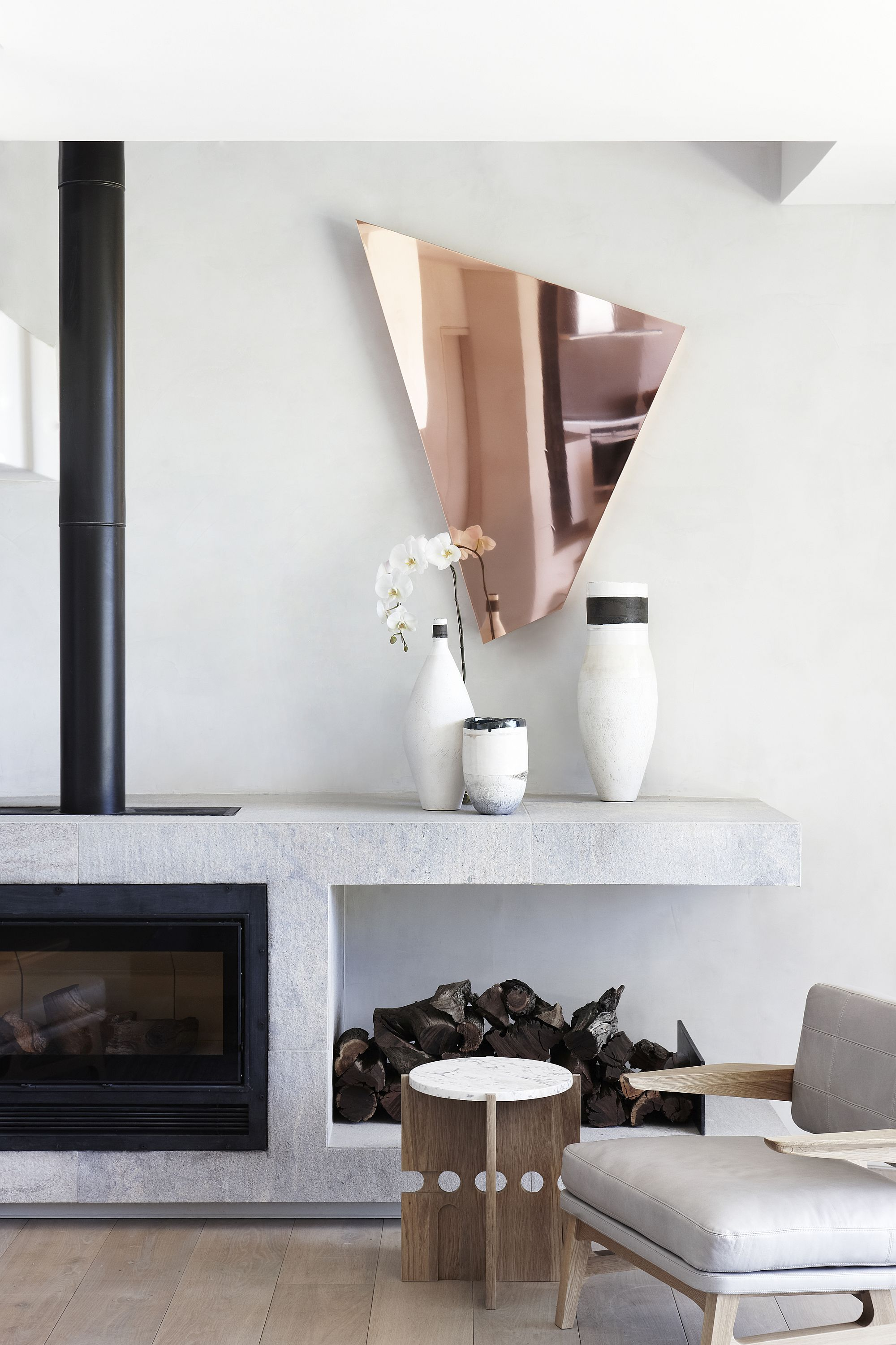 Lovely-use-of-vases-to-decorate-the-fireplace-mantel