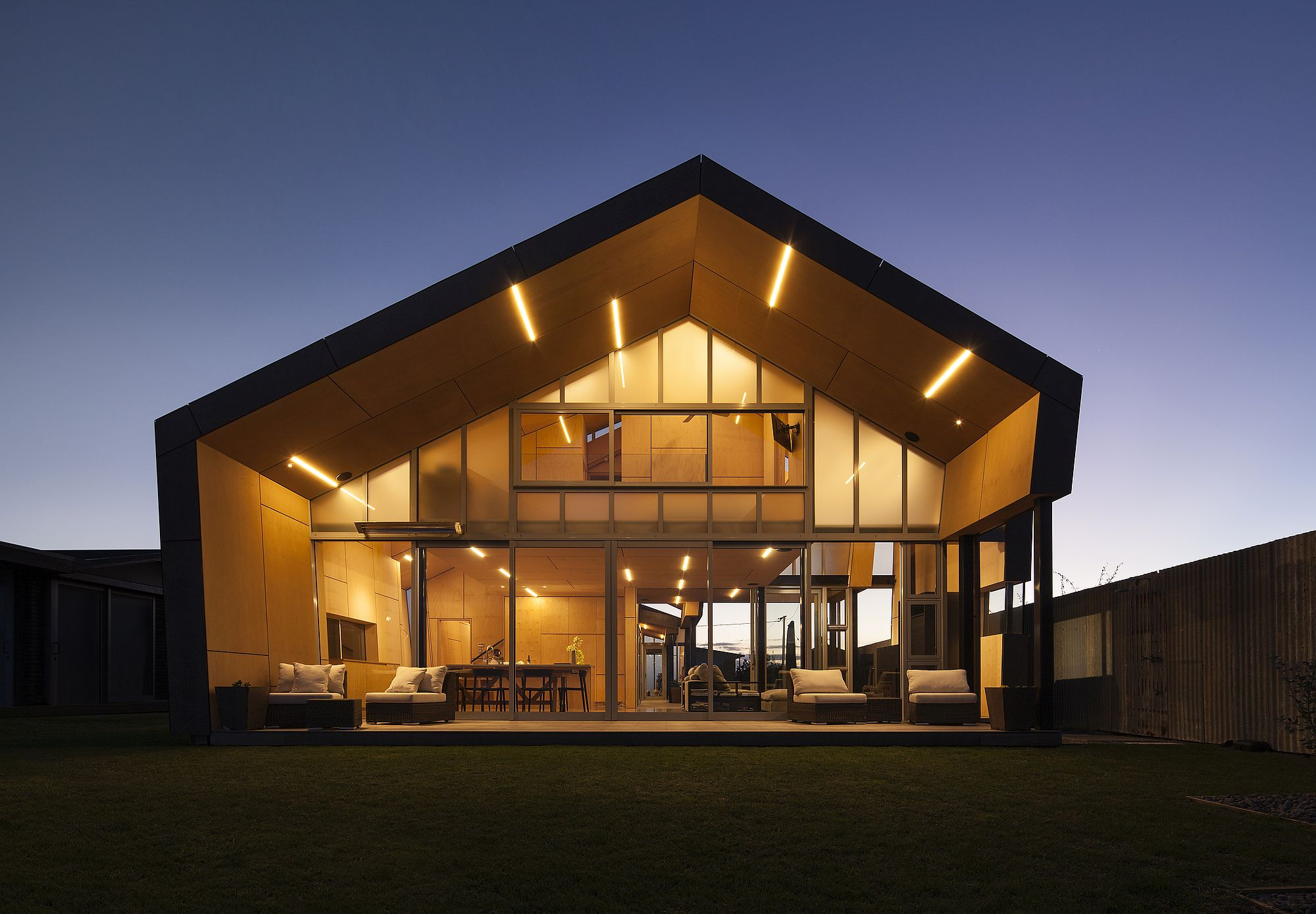Open rear facade of the house clad in glass opens it up towards the ocean
