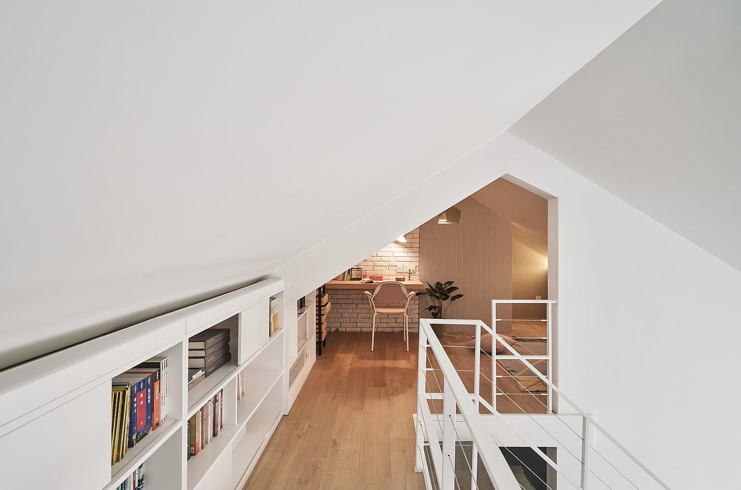 Slanted-ceiling-allows-the-architects-to-experiment-with-the-mezzanine-level-design