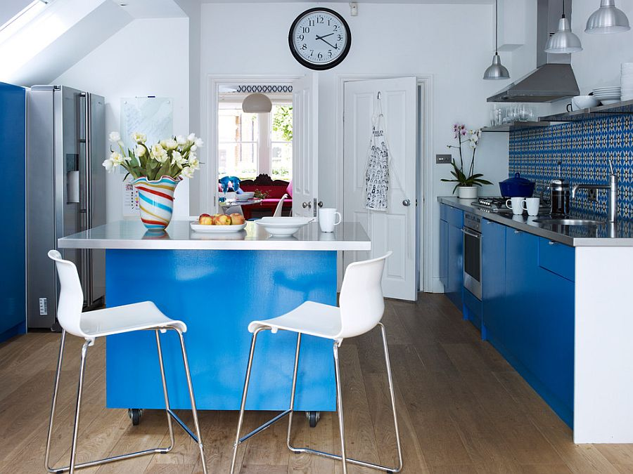 Small kitchen in white and blue with an adaptable kitchen island on wheels!