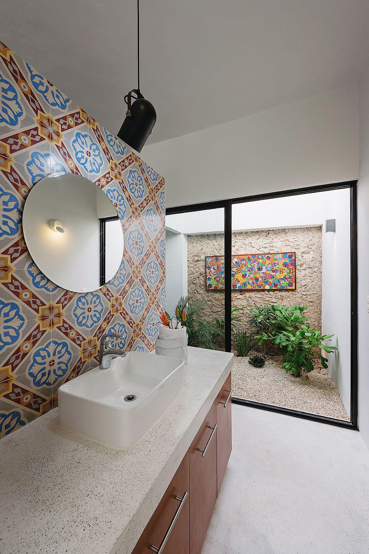 Small-outdoor-atrium-brings-light-into-the-bathroom