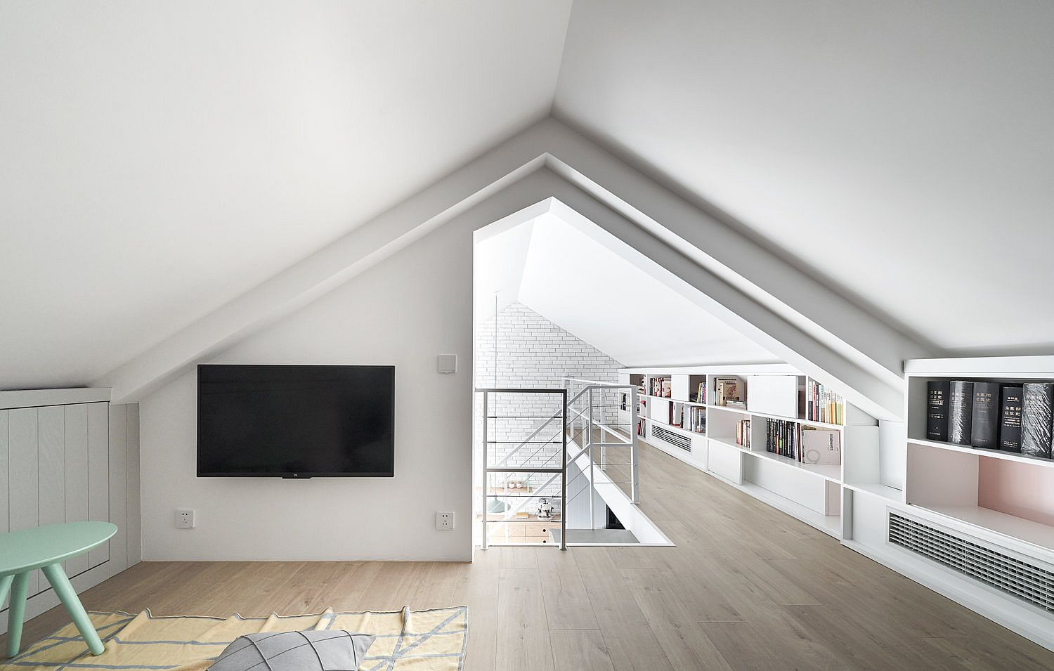 Space-savvy-use-of-open-shelves-for-the-mezzanine-level-study-and-bedroom