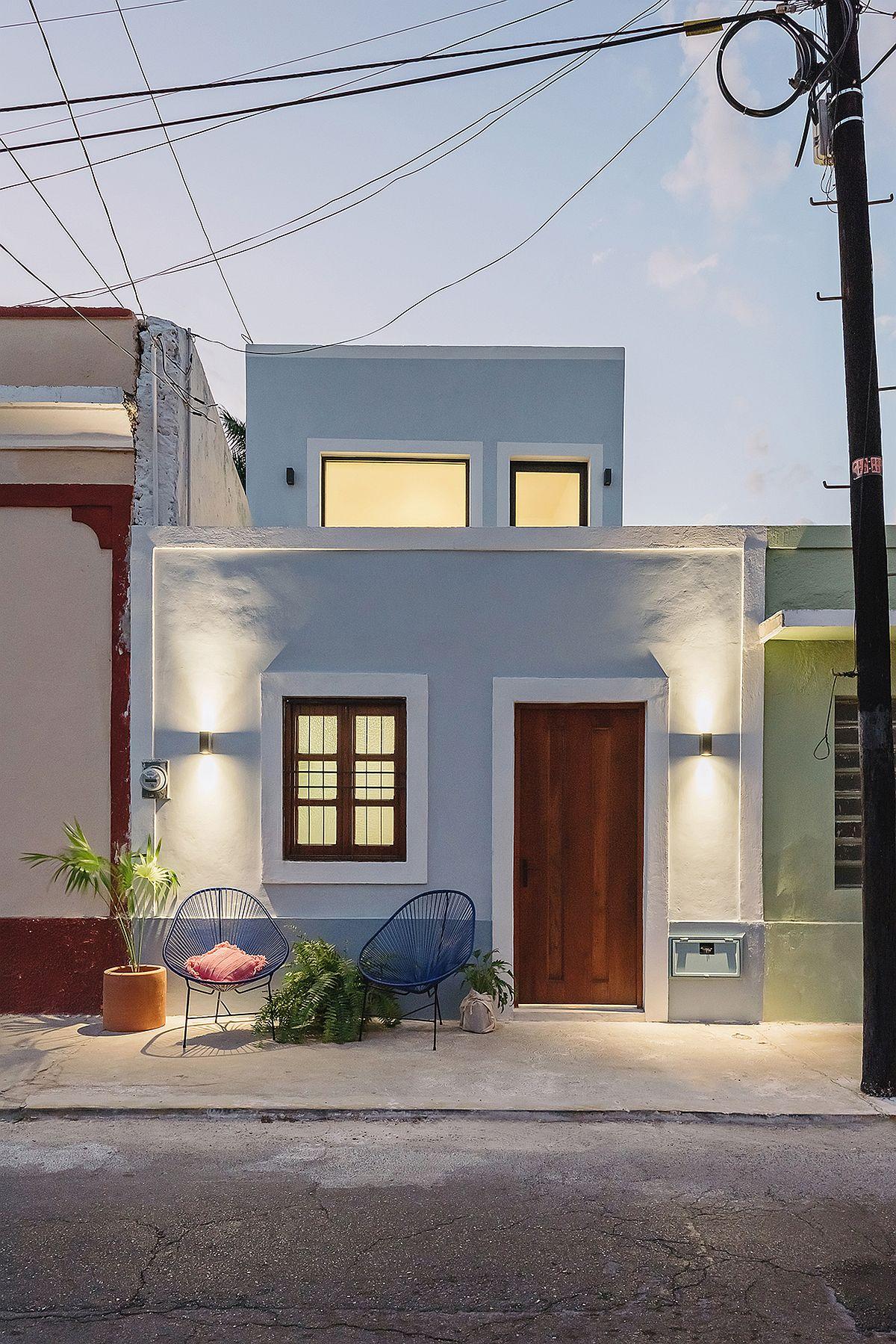 Street-facade-of-narrow-Casa-Picasso-in-Mexico
