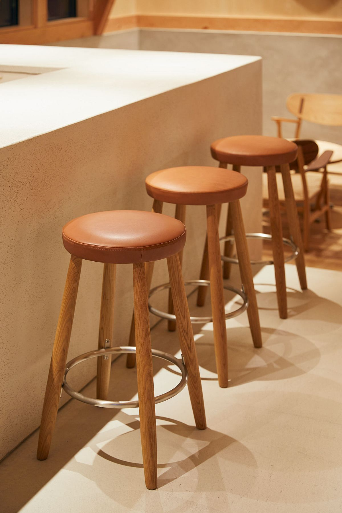 A-neutral-backdrop-allows-the-wooden-furniture-and-features-to-shine-through