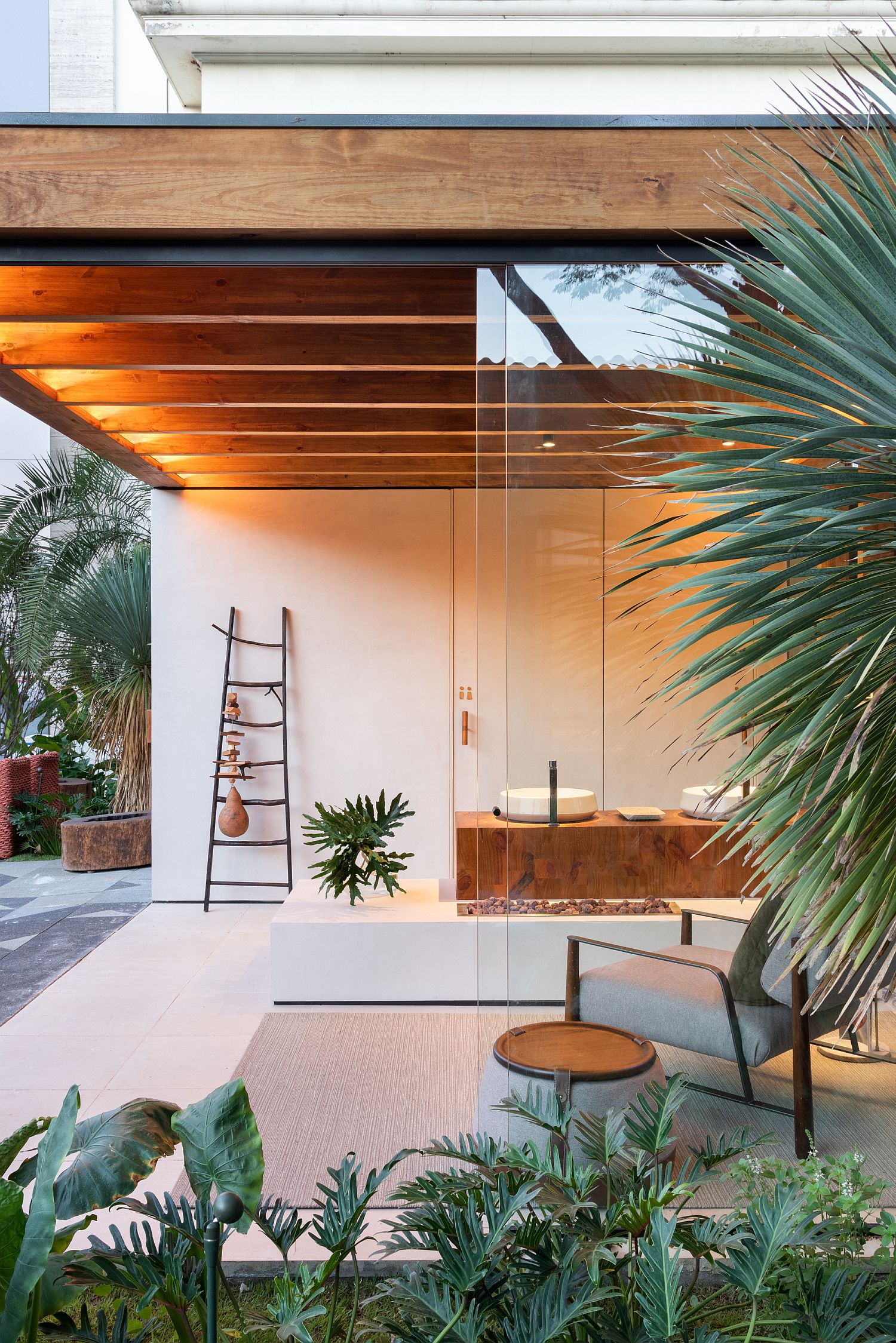Casual modern style of the terrace with ample greenery and Japanese simplicity