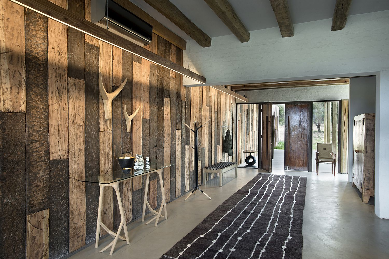 Delightful-use-of-wooden-planks-to-create-a-unique-entry