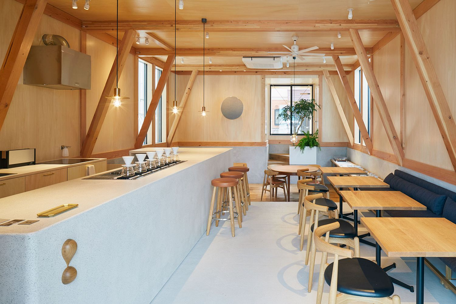 Fabulous-use-of-lovely-wood-structure-inside-the-cafe-adds-warmth-and-nativity-to-the-setting