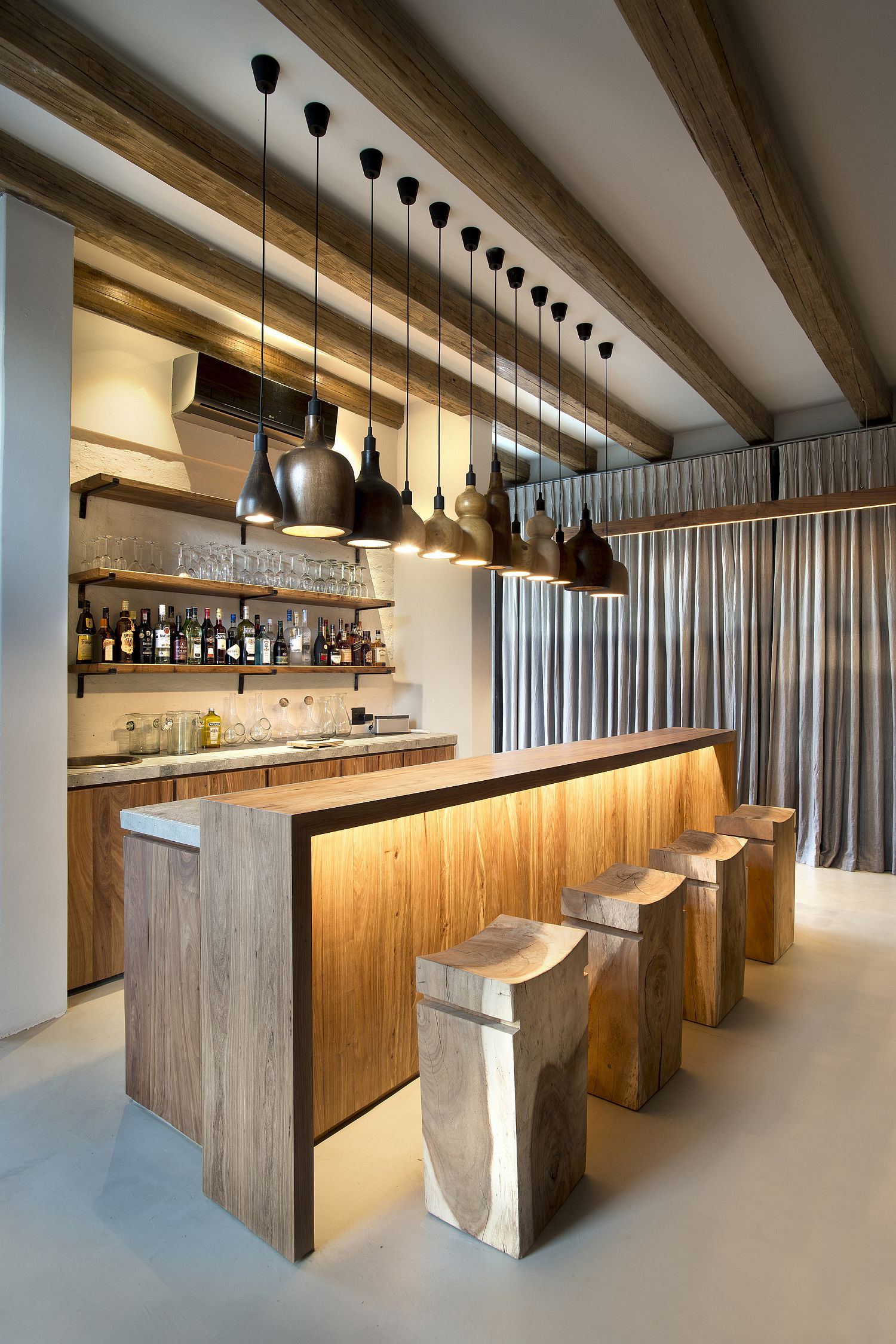 Gorgeous-use-of-diverse-pendant-light-for-the-home-bar