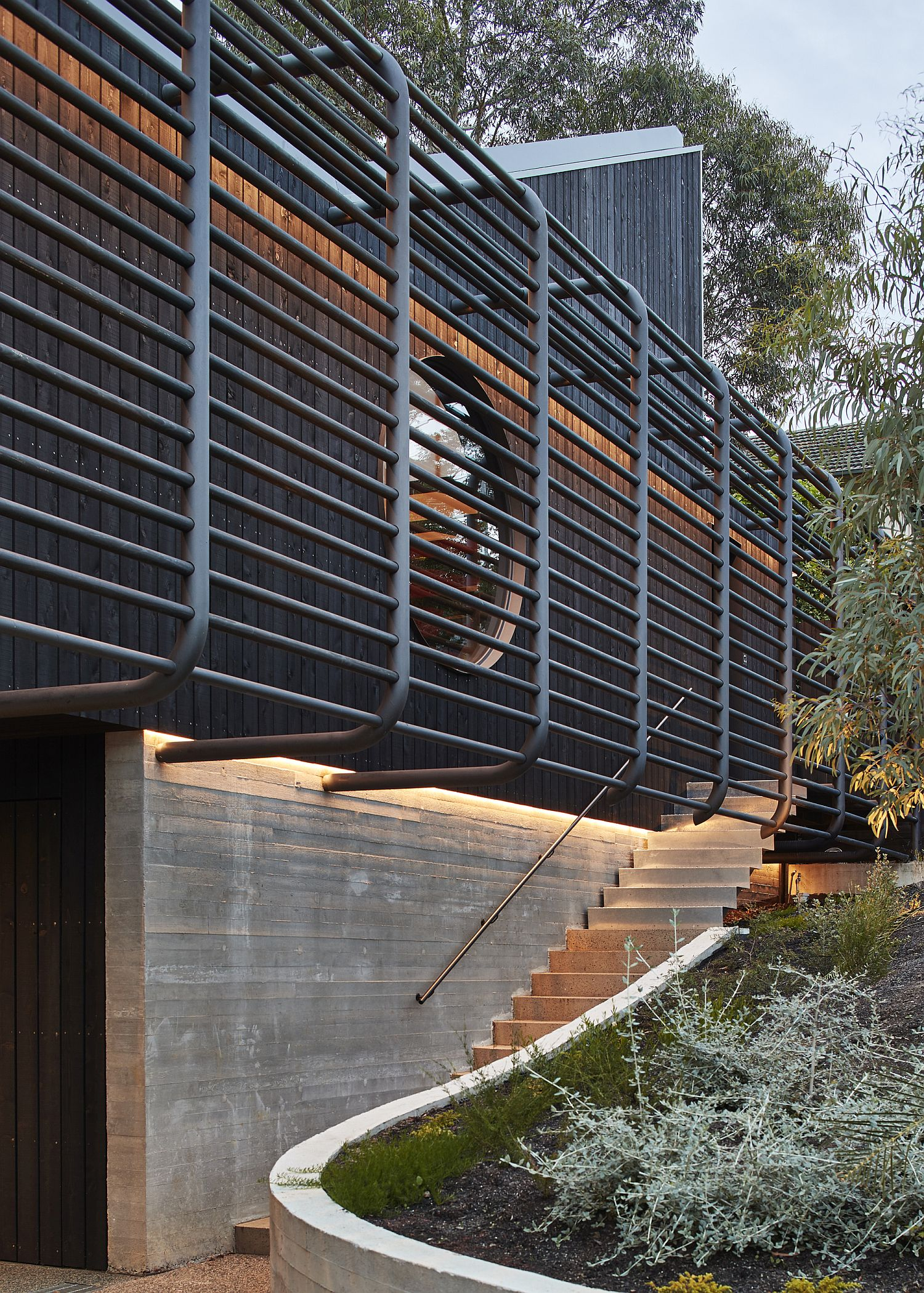 Cantilevered Family Home in Sydney Brings Privacy to Indoor-Outdoor Interplay