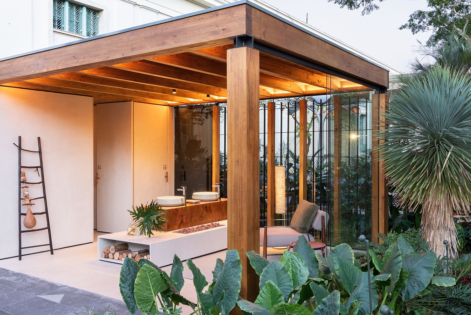 Open 20-square-meter terrace with a structure built using Brazilian pinus
