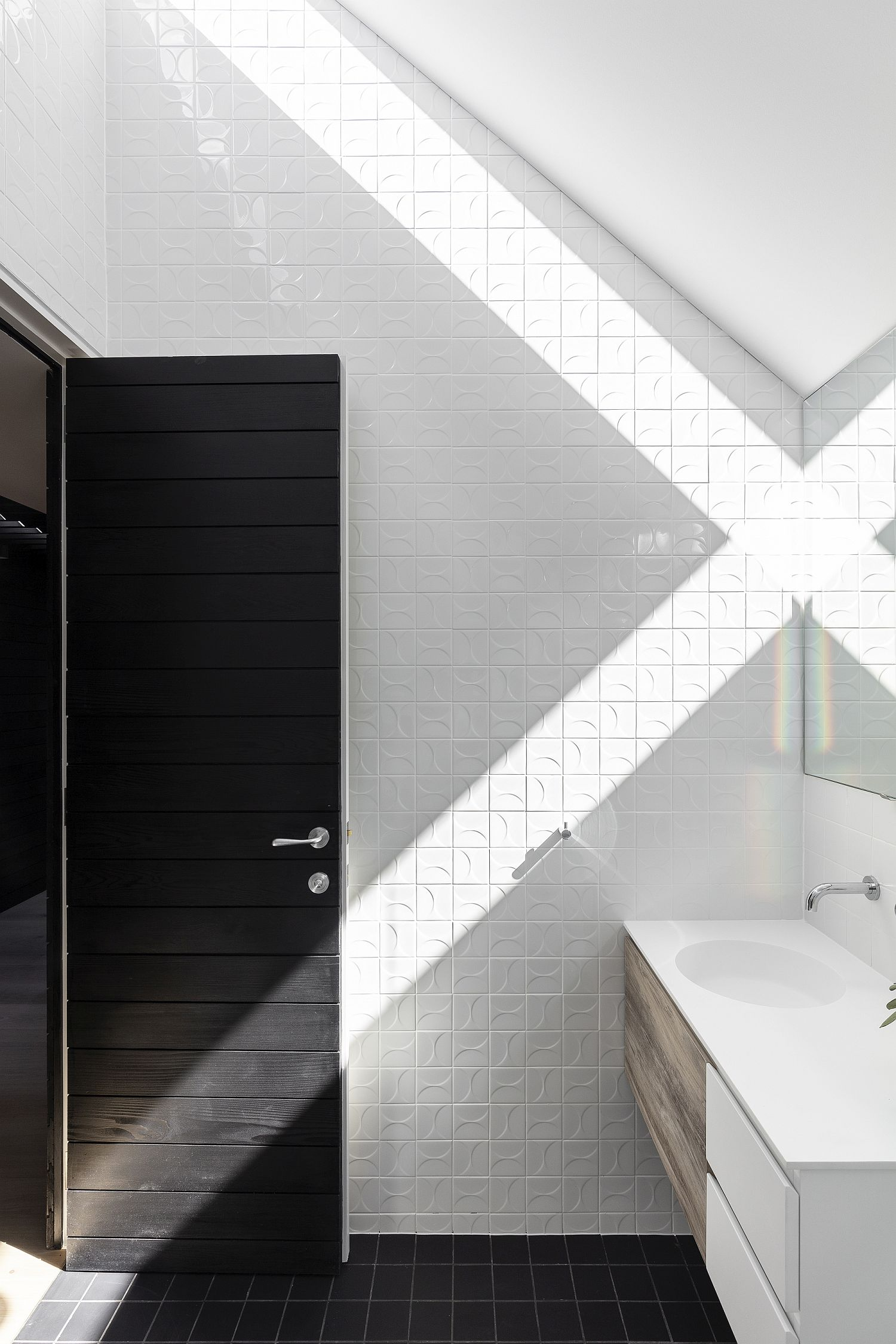 Skylight-brings-ventilation-into-the-revamped-bathroom