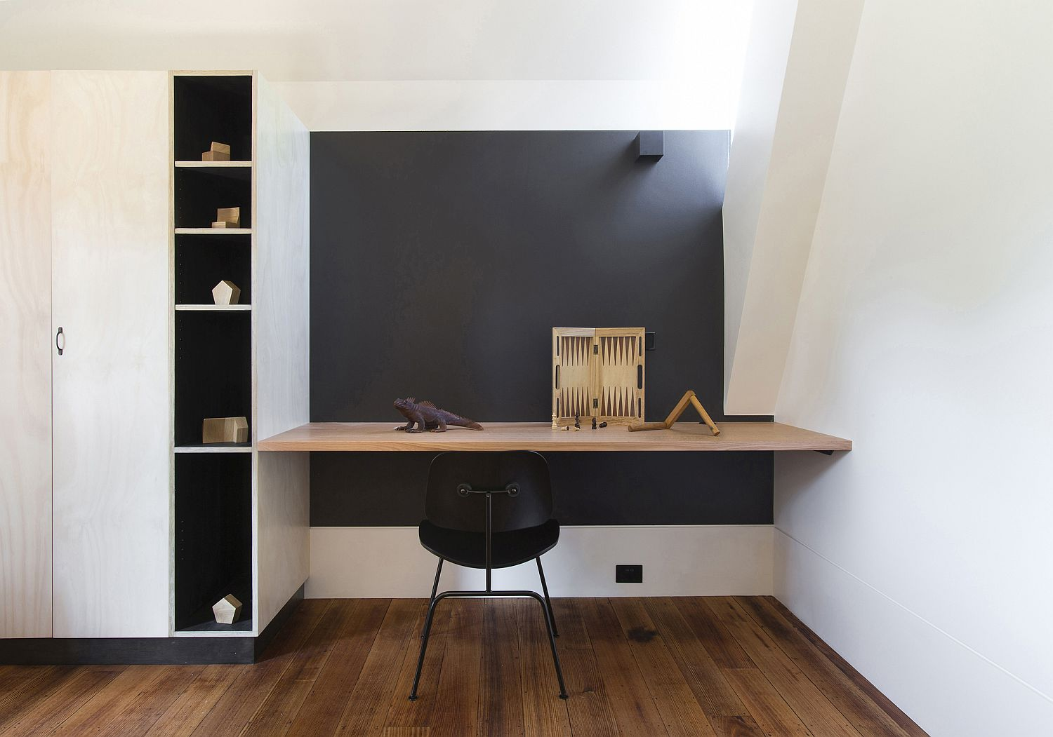 Small and space-savy home workstation with plenty of natural light