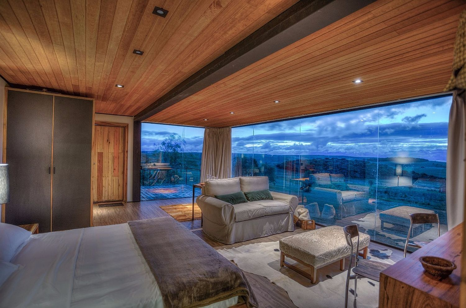 Smart-design-of-the-cabin-with-glass-walls-overlooks-the-landscape-outside