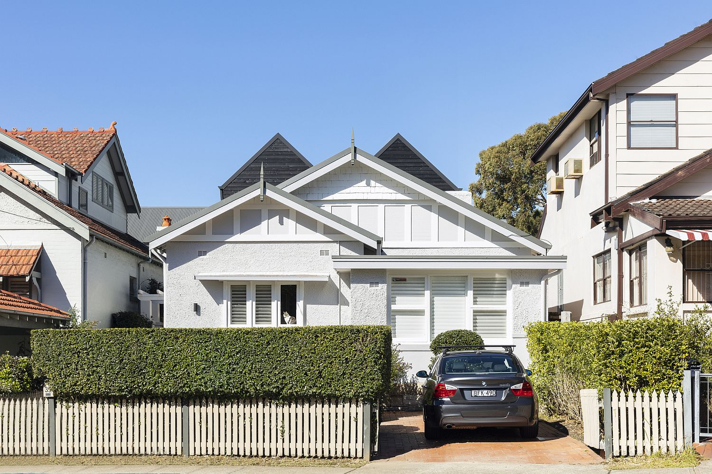 Street-facade-of-the-Naremburn-twin-Peaks-House-in-Australia