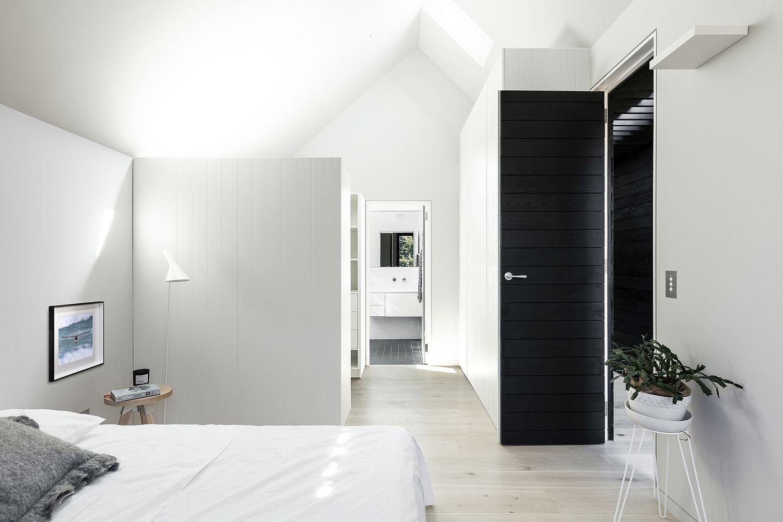 fabulous-bedroom-in-white-with-a-black-door