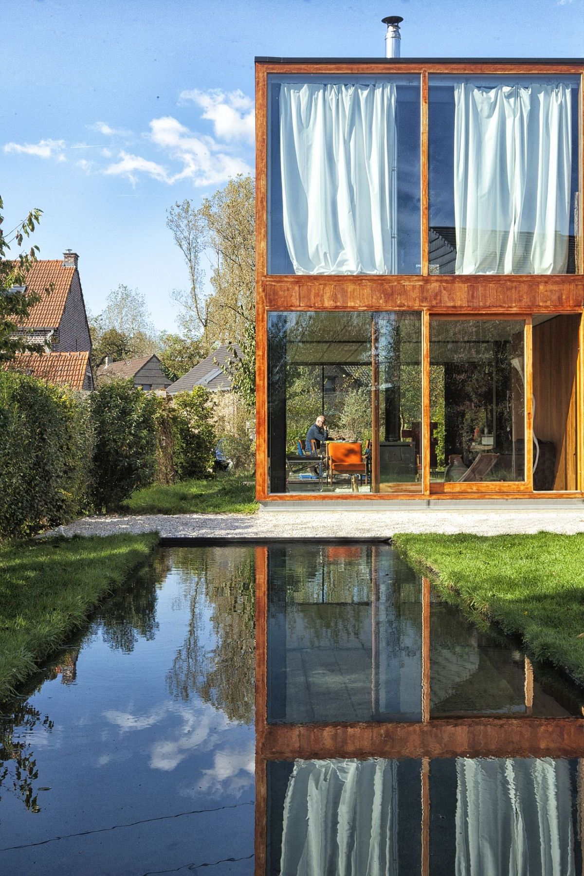 Beautiful and relaxing home becomes one with ature thanks to extensive glass walls