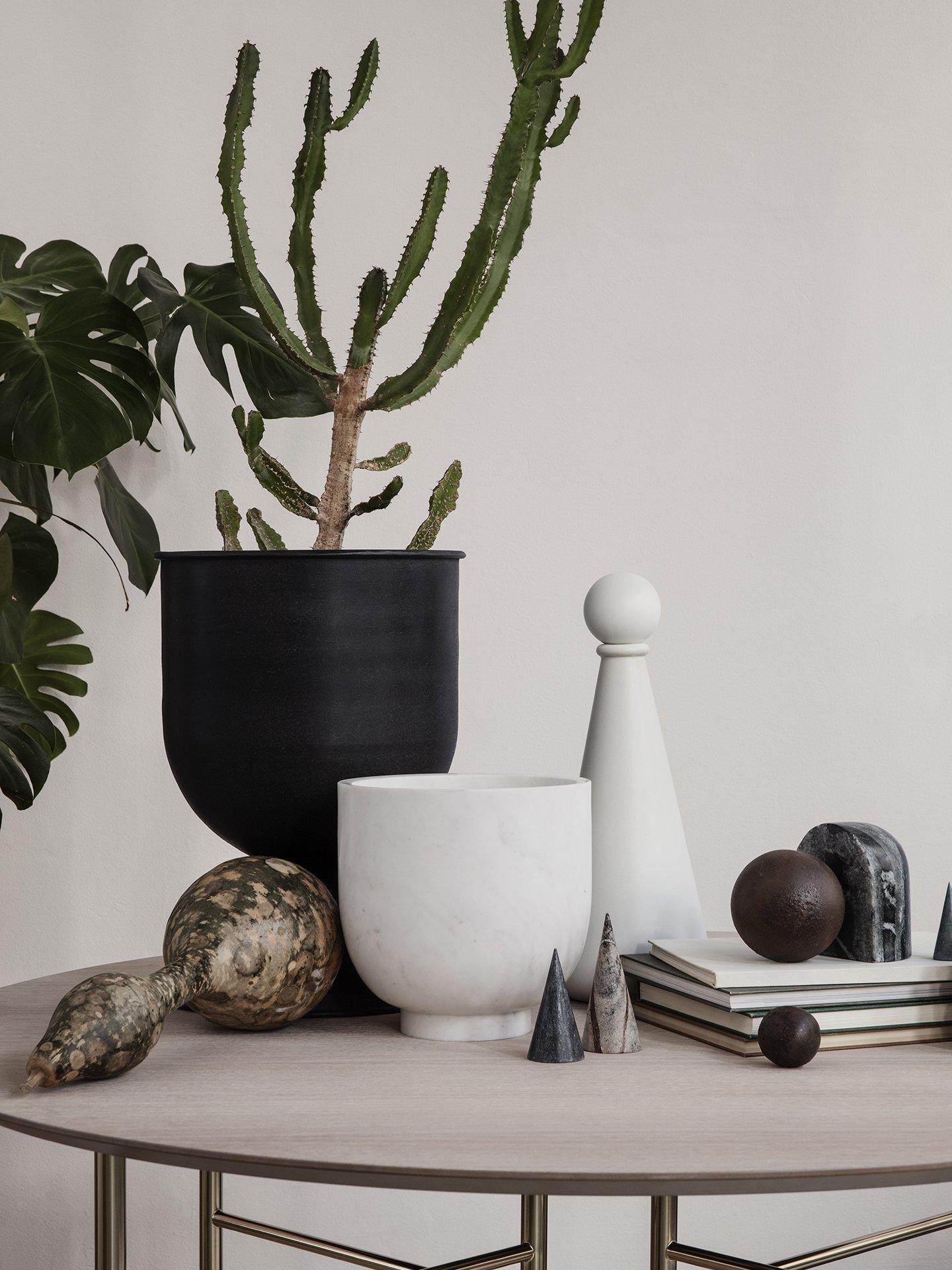Black-hourglass-pot