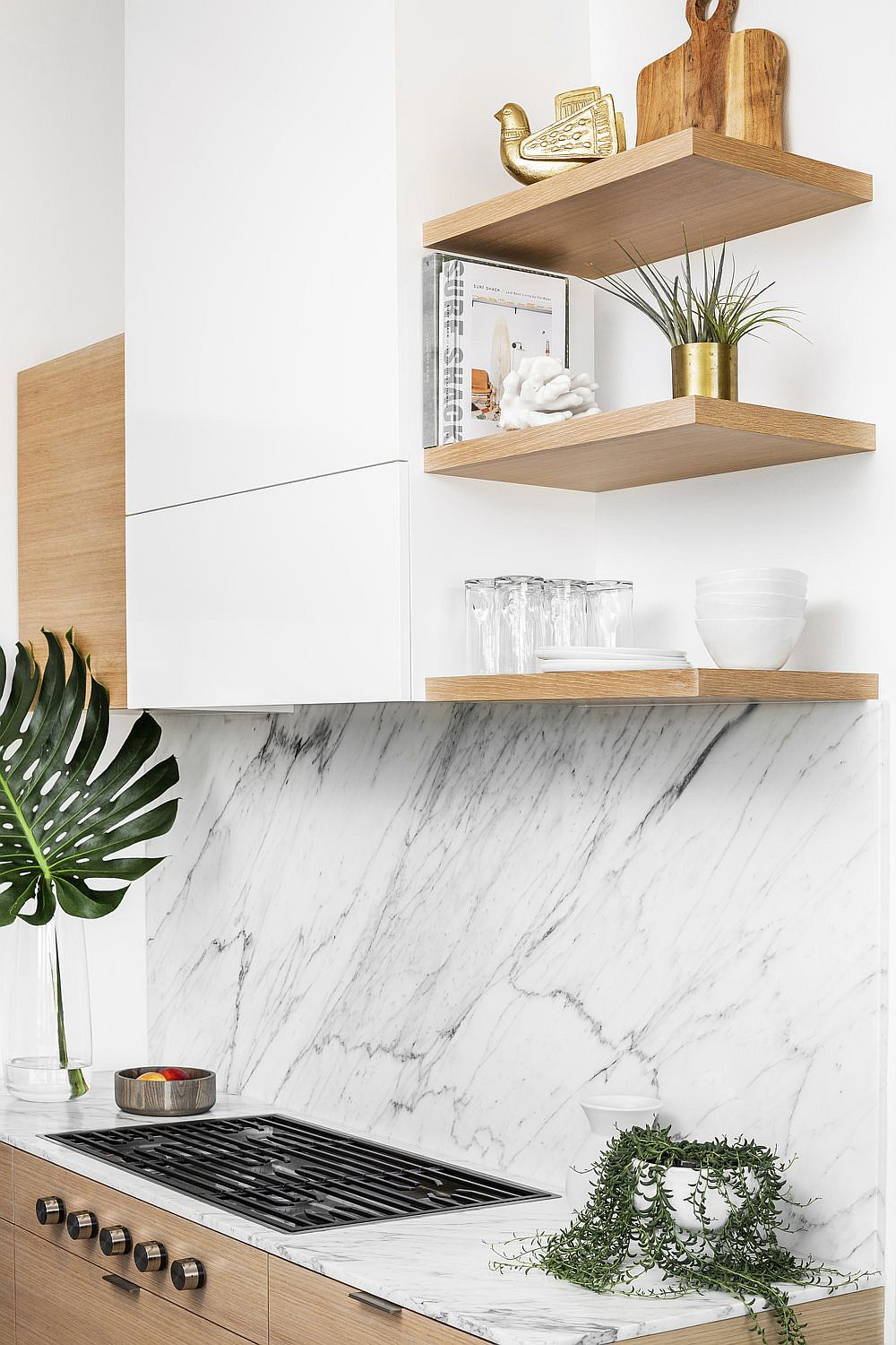 Carrara-marble-and-oak-kitchen-of-the-Midcentury-home