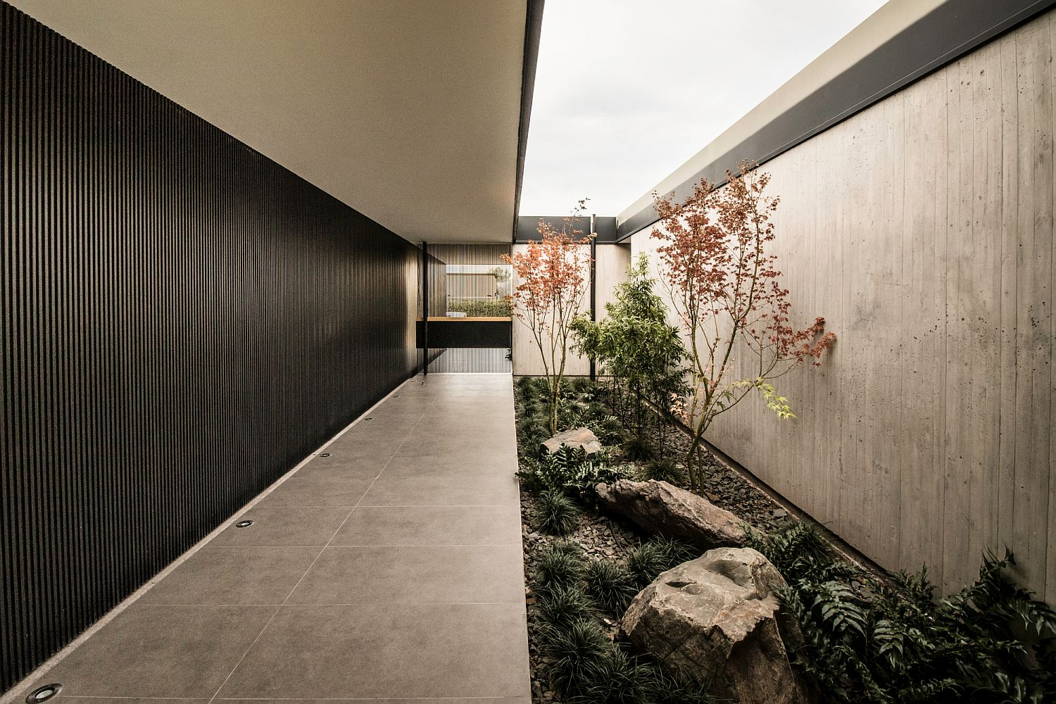 Combining the interior and the exterior of the house using green elements