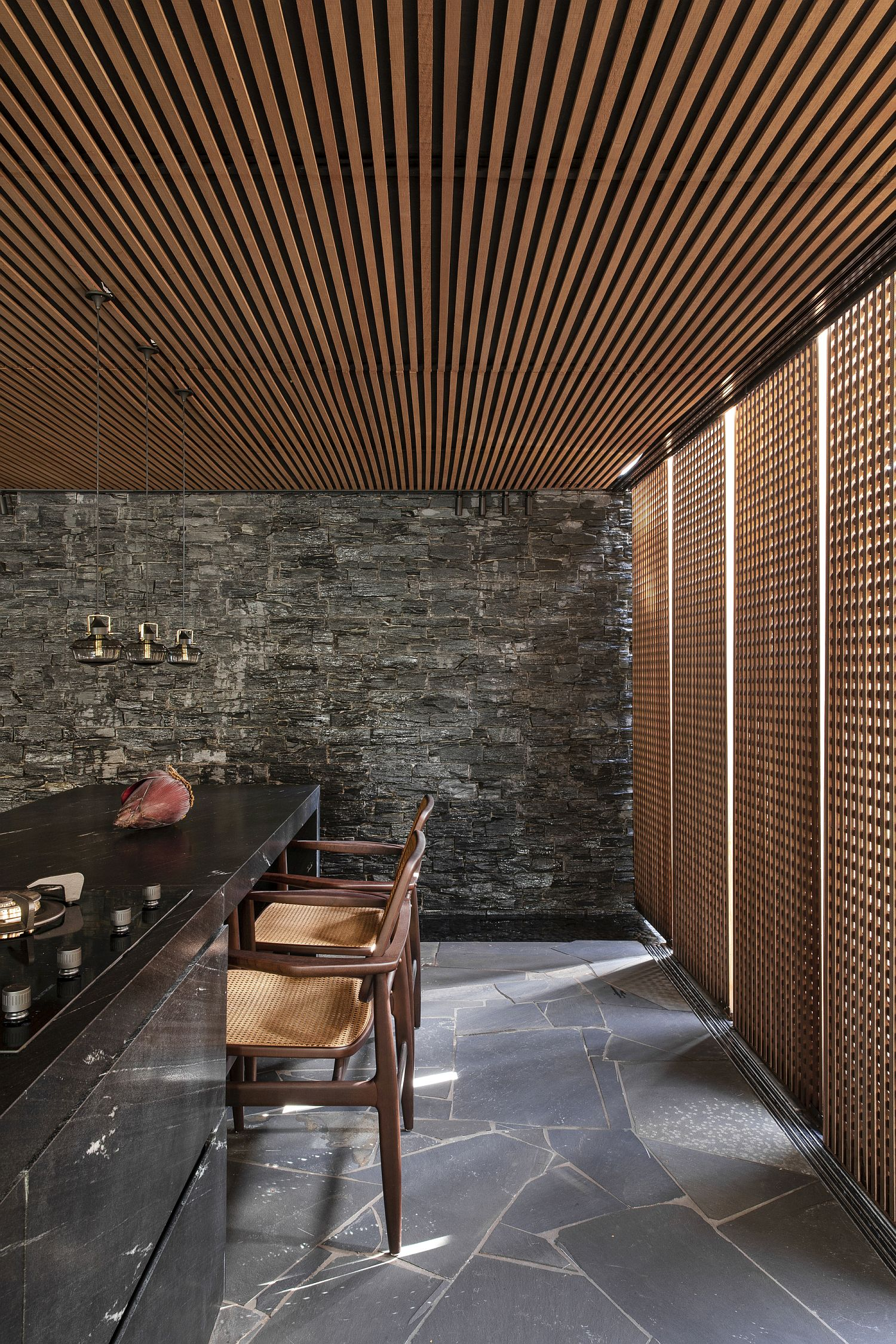 Dark-and-dashing-kitchen-with-wooden-roof