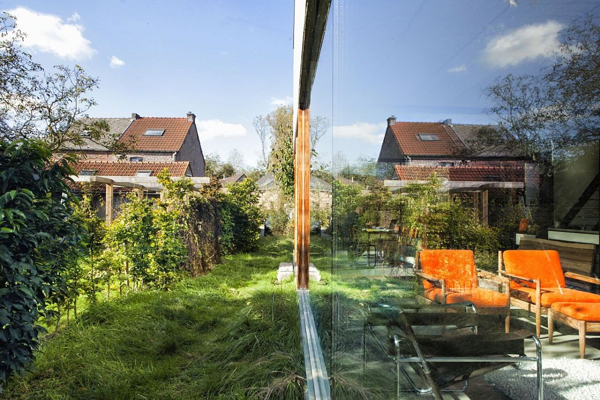 Glass-walls-connect-the-interior-with-the-landscape-outside