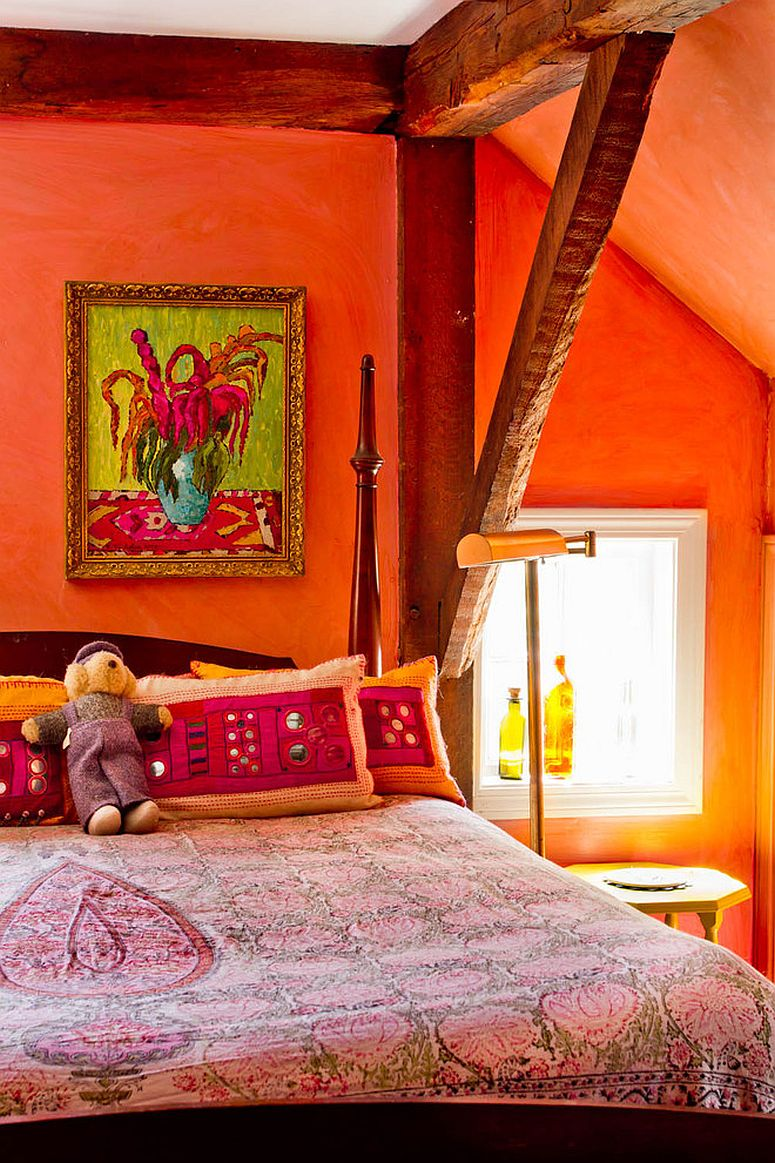 Innovative use of orange in the bedroom with ceiling beams and limited space