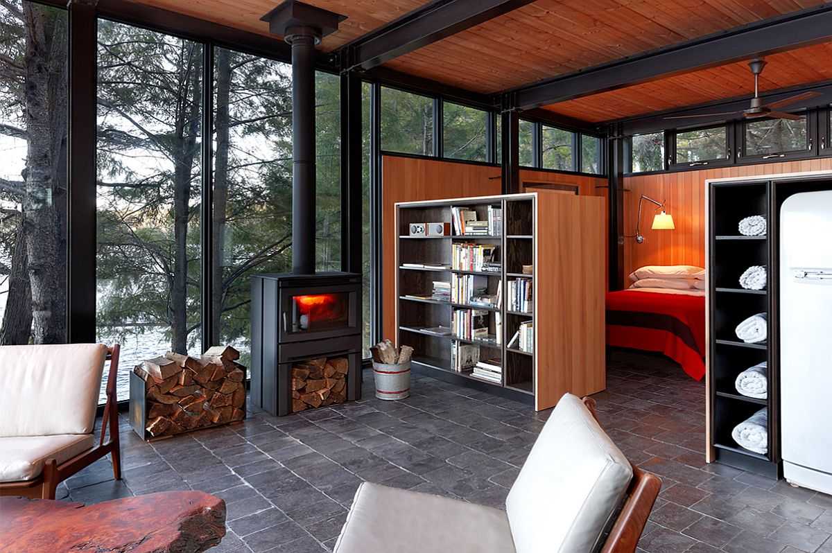 Living space and bedroom of the small Lakehouse with space for water activities
