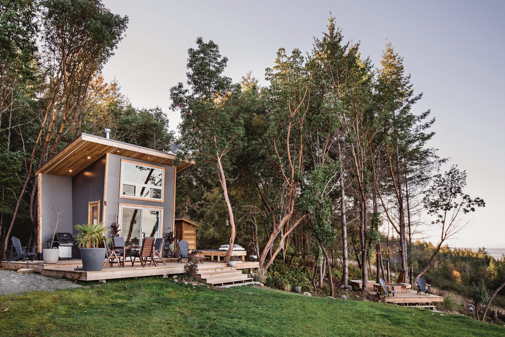 Modern and tiny cabin on Galiano Island that overlooks lovely scenery