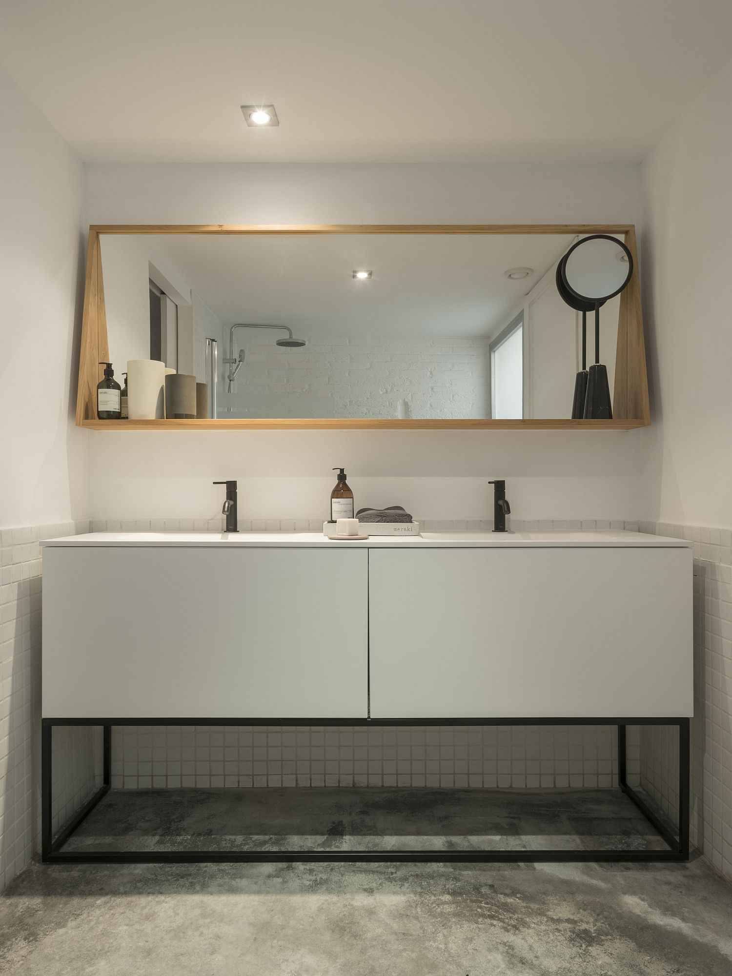 Modern-bathroom-in-white-with-smart-lghting