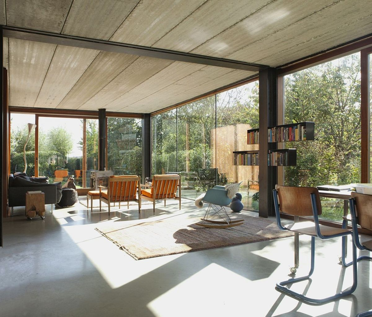 Open-ambiance-of-the-living-room-surrounded-by-greenery