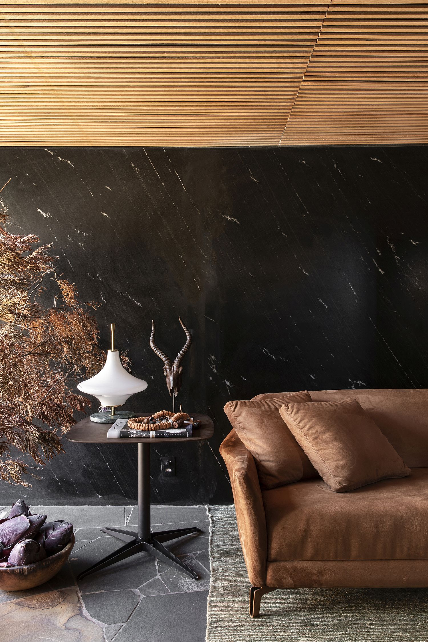 Polished-living-room-of-the-Brazilian-home-in-wood-and-black