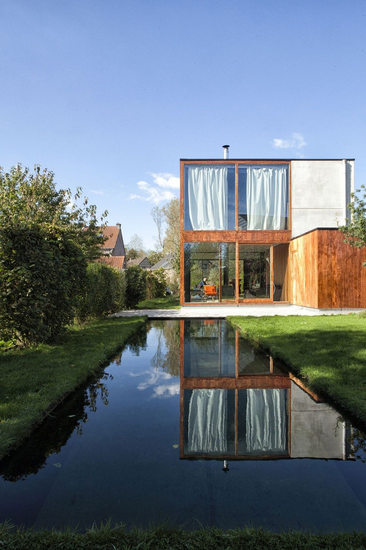Reflective-pool-and-garden-around-the-house-add-to-its-relaxing-appeal