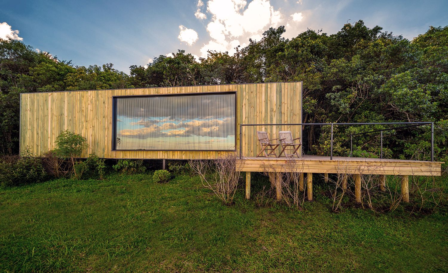 Reused Shipping Container, wood and concrete cabin in Brazil
