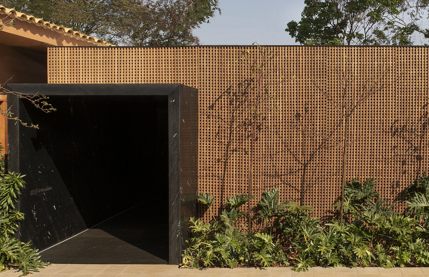 Sheltered-and-protected-entrance-to-th-modern-Brazilian-home-with-a-stone-entry