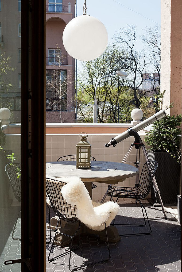 Small Scandinavian style balcony of Moscow apartment with smart seating and stargazing opportunity