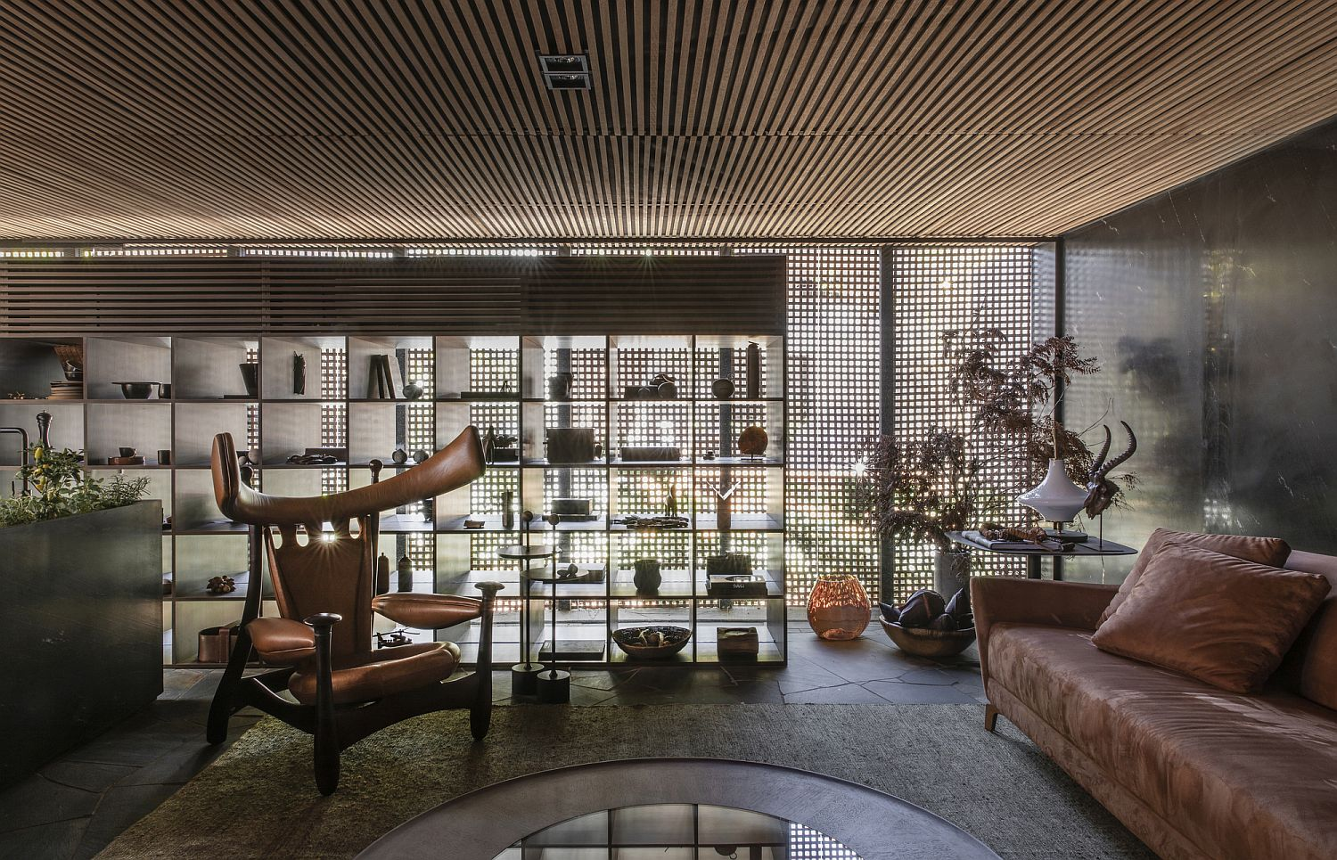Sophisticated-living-room-of-the-Brazilian-home-in-stone-and-wood