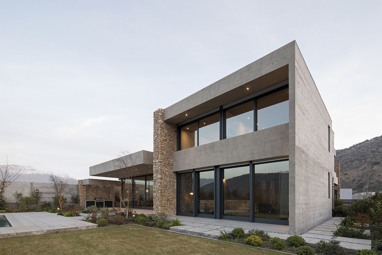 Stone, concrete and glass modern home Cerro la Cruz House