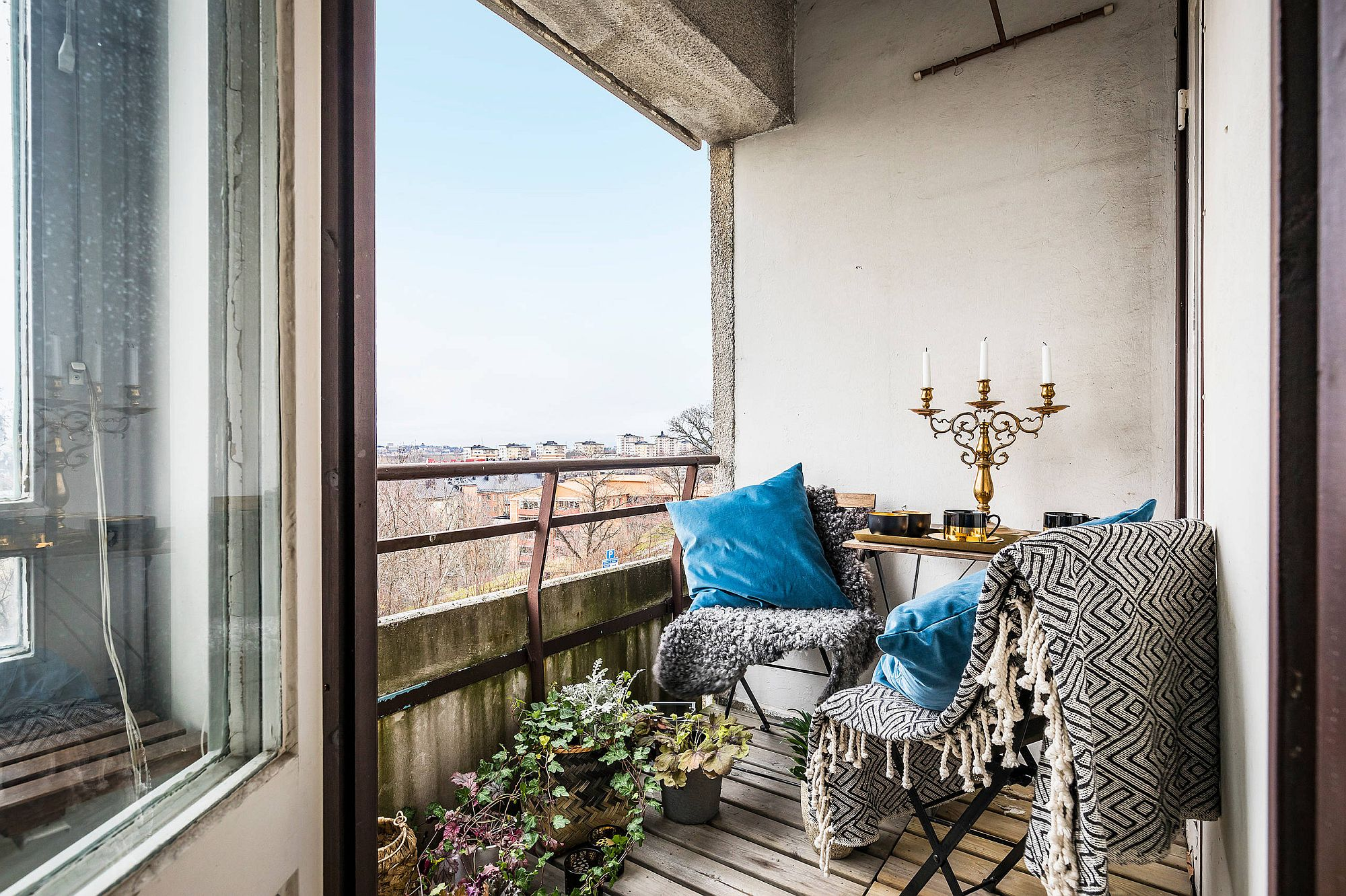 Trendy-eclectic-decorating-style-for-the-small-balcony