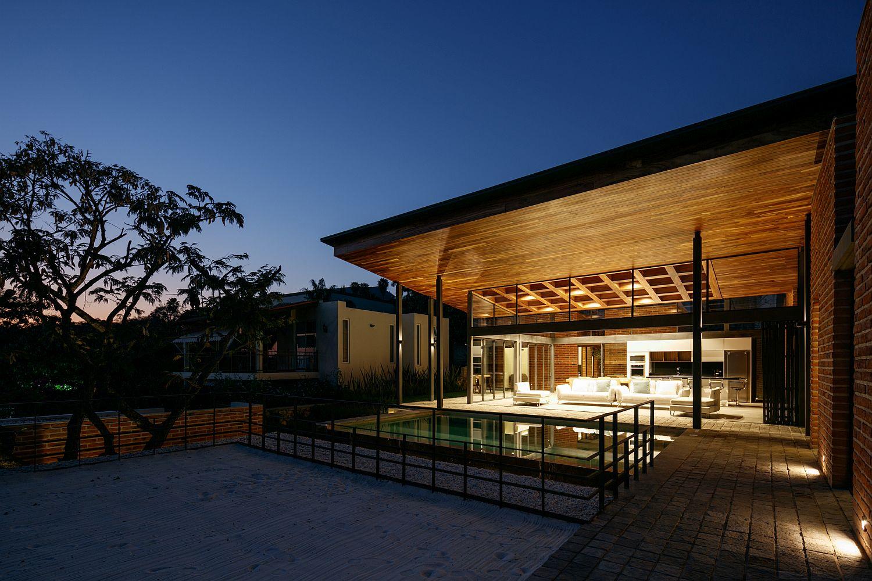 Pool area, garden and deck of Casa Linda Vista