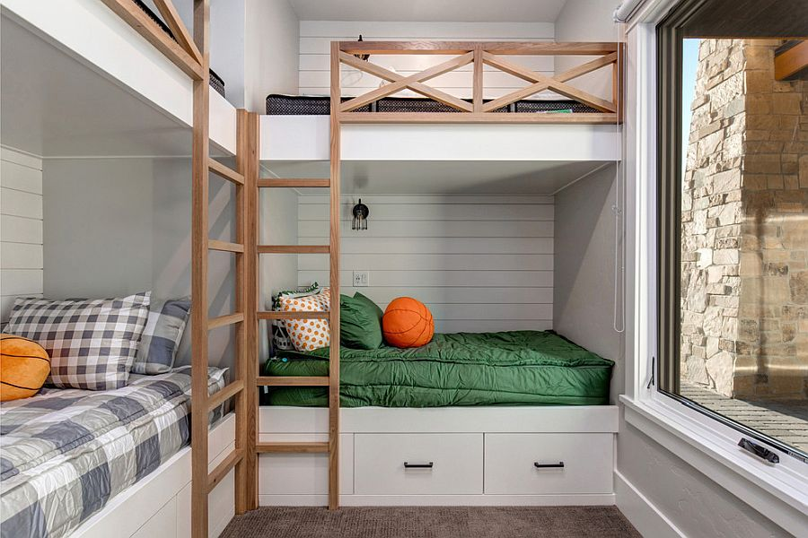 Corner bunk beds in the small kids' room end up saving space with ease