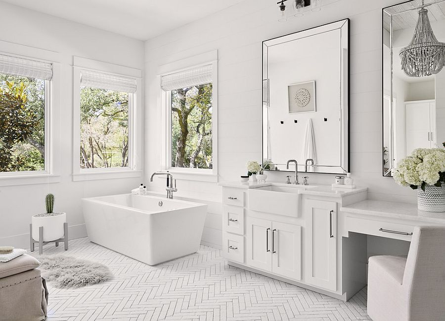 Monocromatic bathroom in white with mirrored finishes and smart lighting