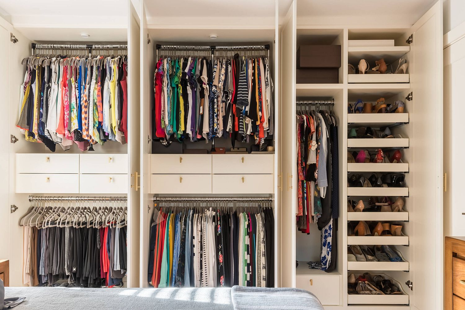Neat organization of clothes, footwear and accessories in the small closet