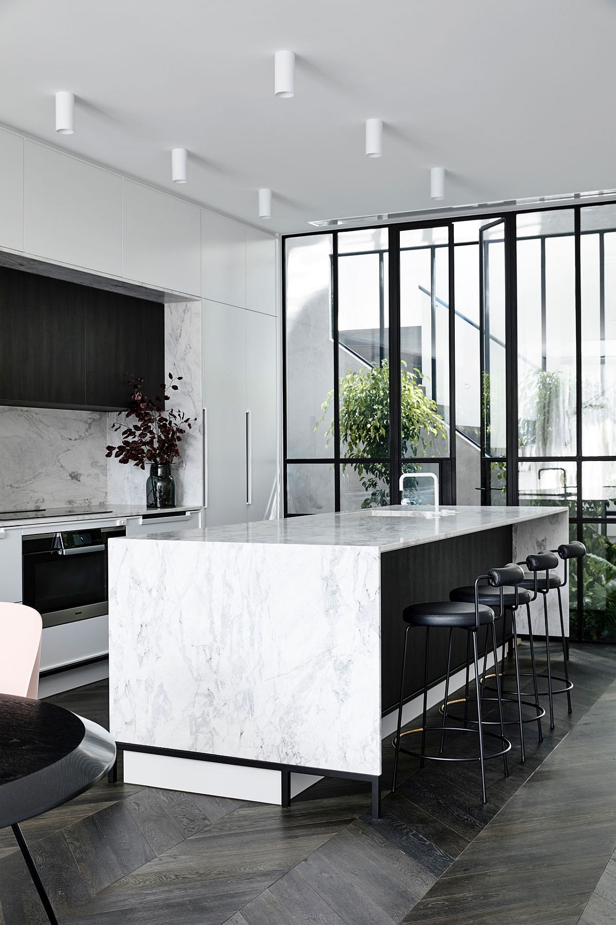 Posh-marble-finishes-combined-with-darker-materials-inside-the-kitchen