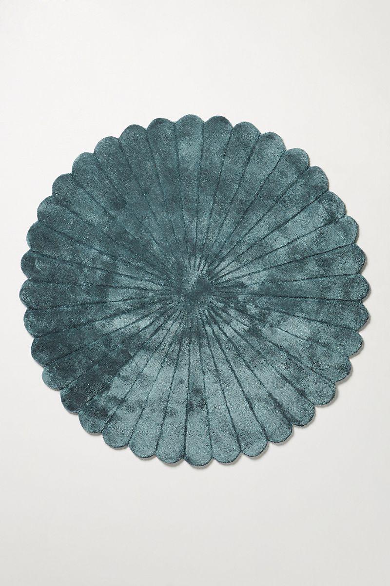 Scalloped circular rug