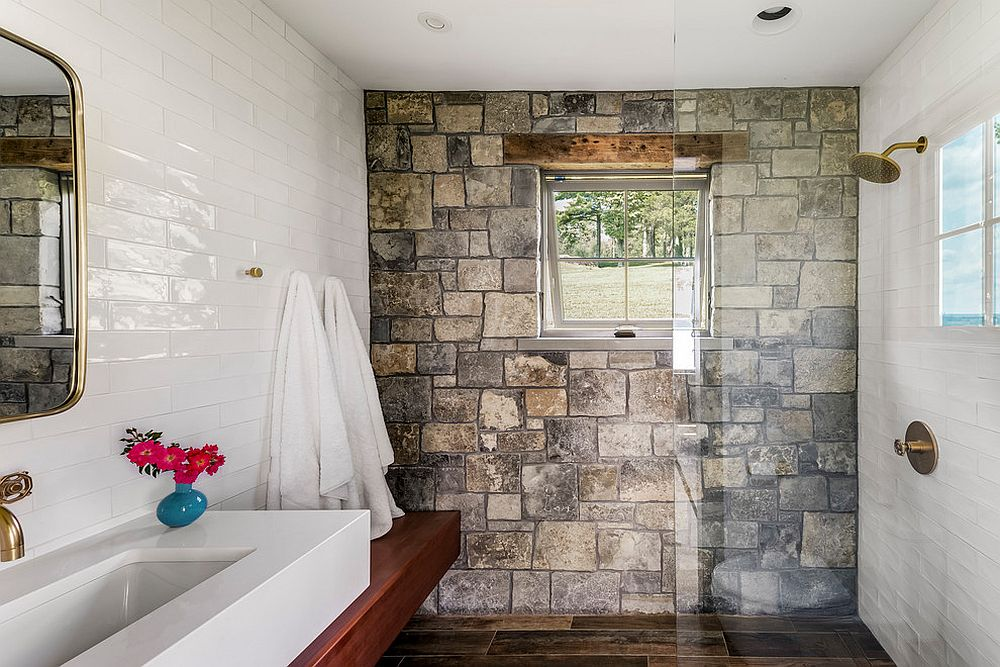 Aceent stone wall for the smal rustic bathroom with tiled walls in white