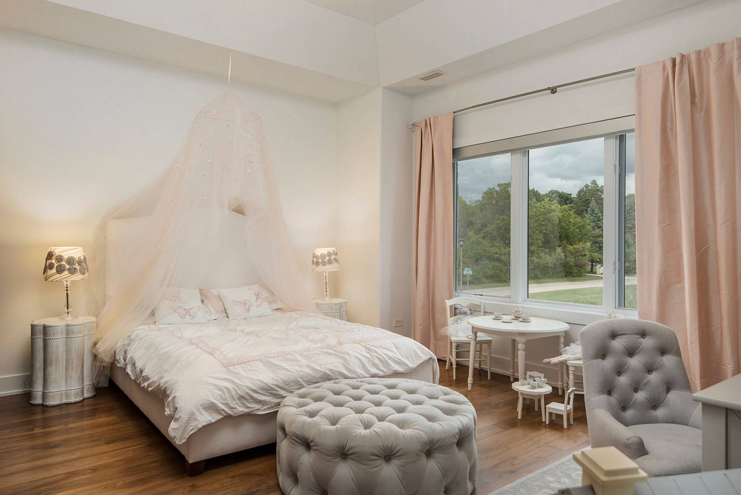 Bringing-pink-and-coral-into-the-cheerful-shabby-chic-kids-bedroom